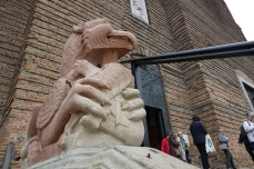 Grifone medievale davanti alla basilica di Santa Giustina